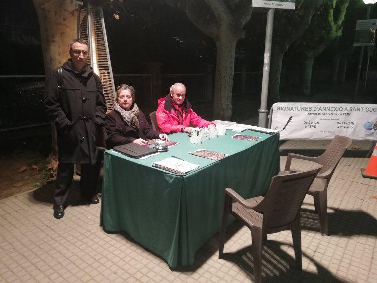 La secretària de l'EMD, Beatriz Ripoll, a la taula disposada a la Plaça del Pi per la recollida de signatures