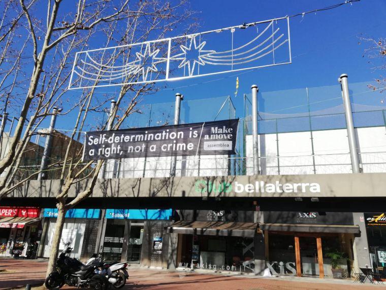 Pancarta amb el lema 'Make a Move' colocada per la ANC a la plaça del Pi