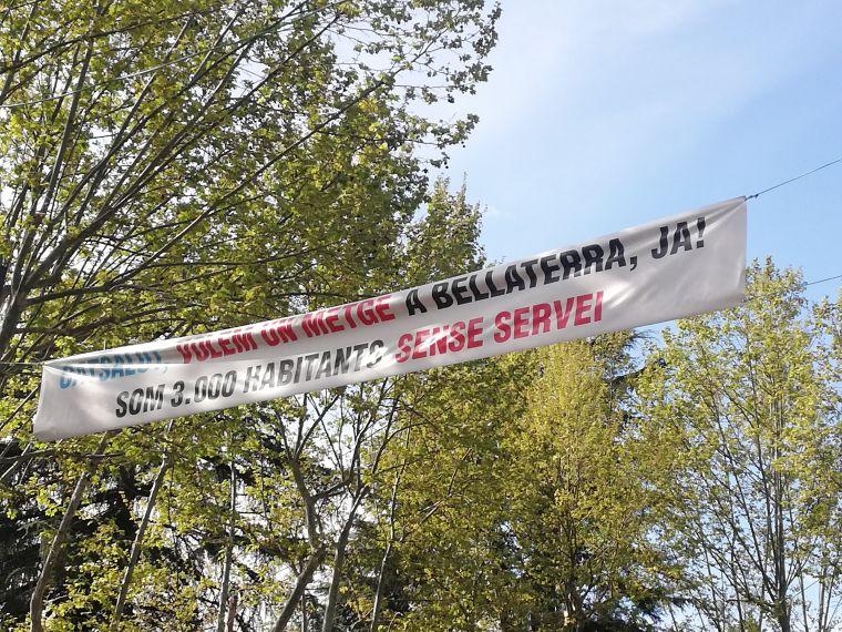 Pancarta que reclama el centre mèdic penjada per operaris de l'EMD de Bellaterra aquest cap de setmana