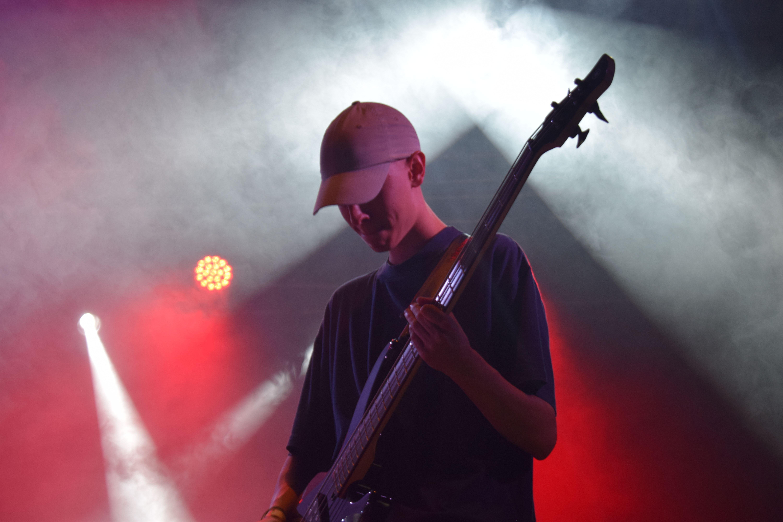 Pablo Magán, membre gurp local Akantoide, durant la nit de concerts del Kanyapollet