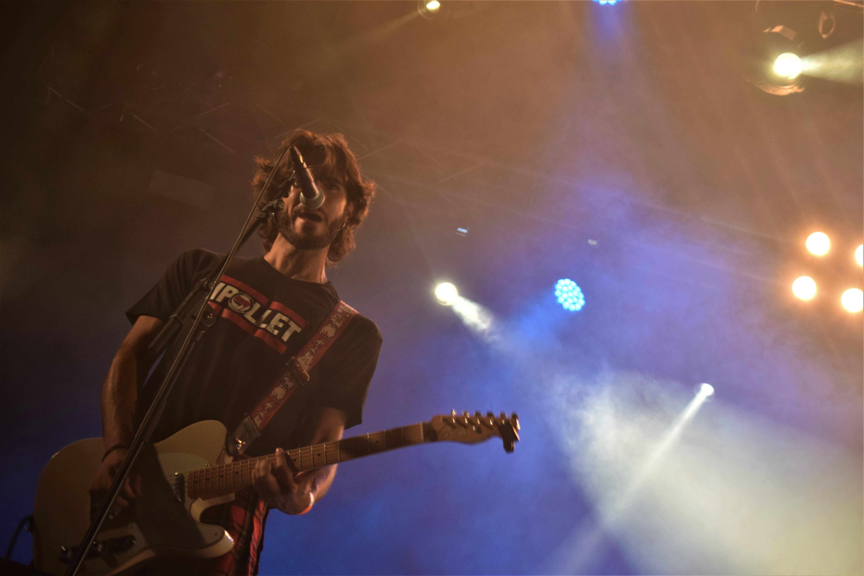 Raúl Medina, guitarra de Wild Mamas, durant la nit de concerts del Kanyapollet