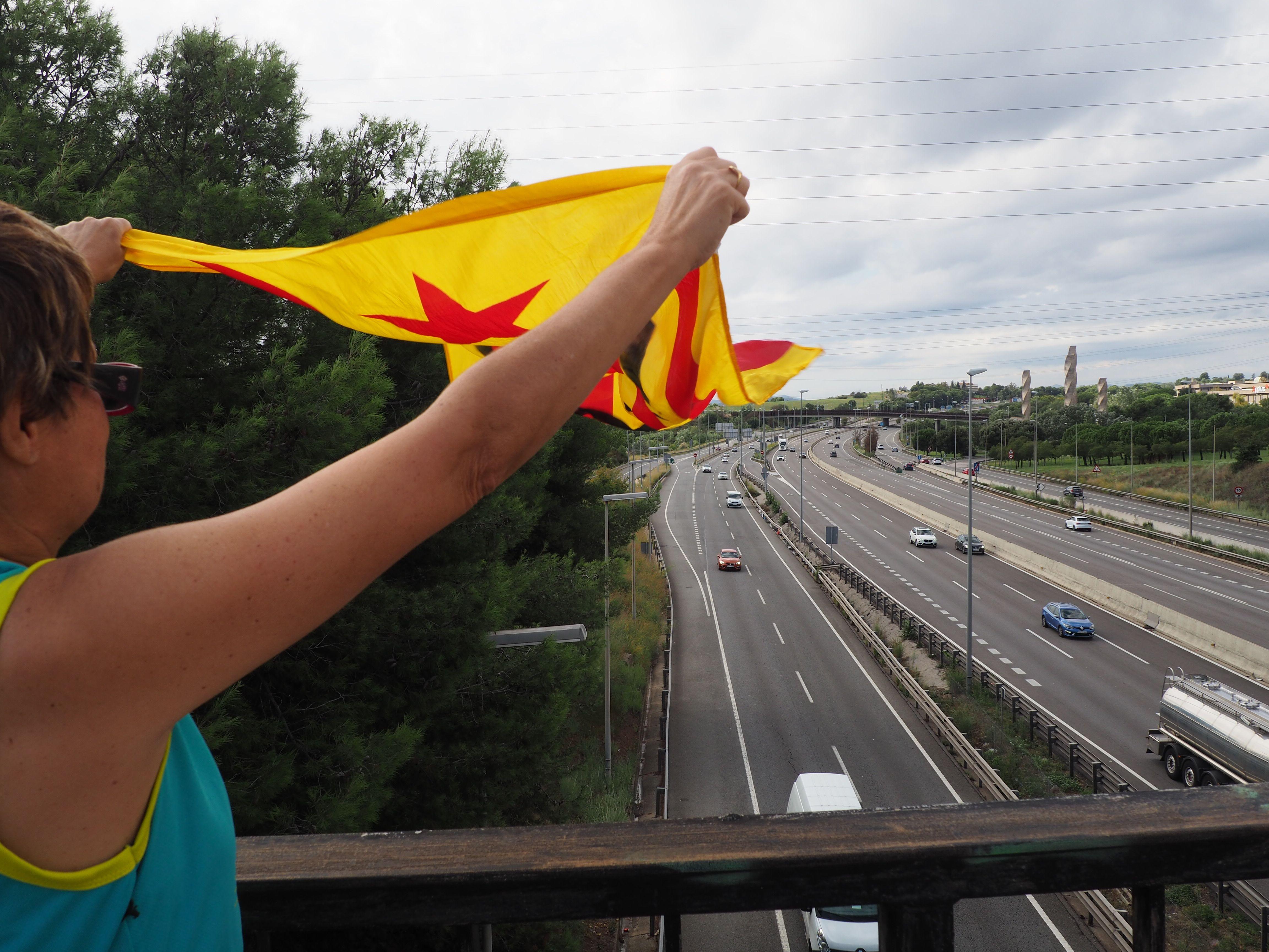 Els manifestants han decorat el pont sobre l'AP7 amb pancartes i llaços grocs