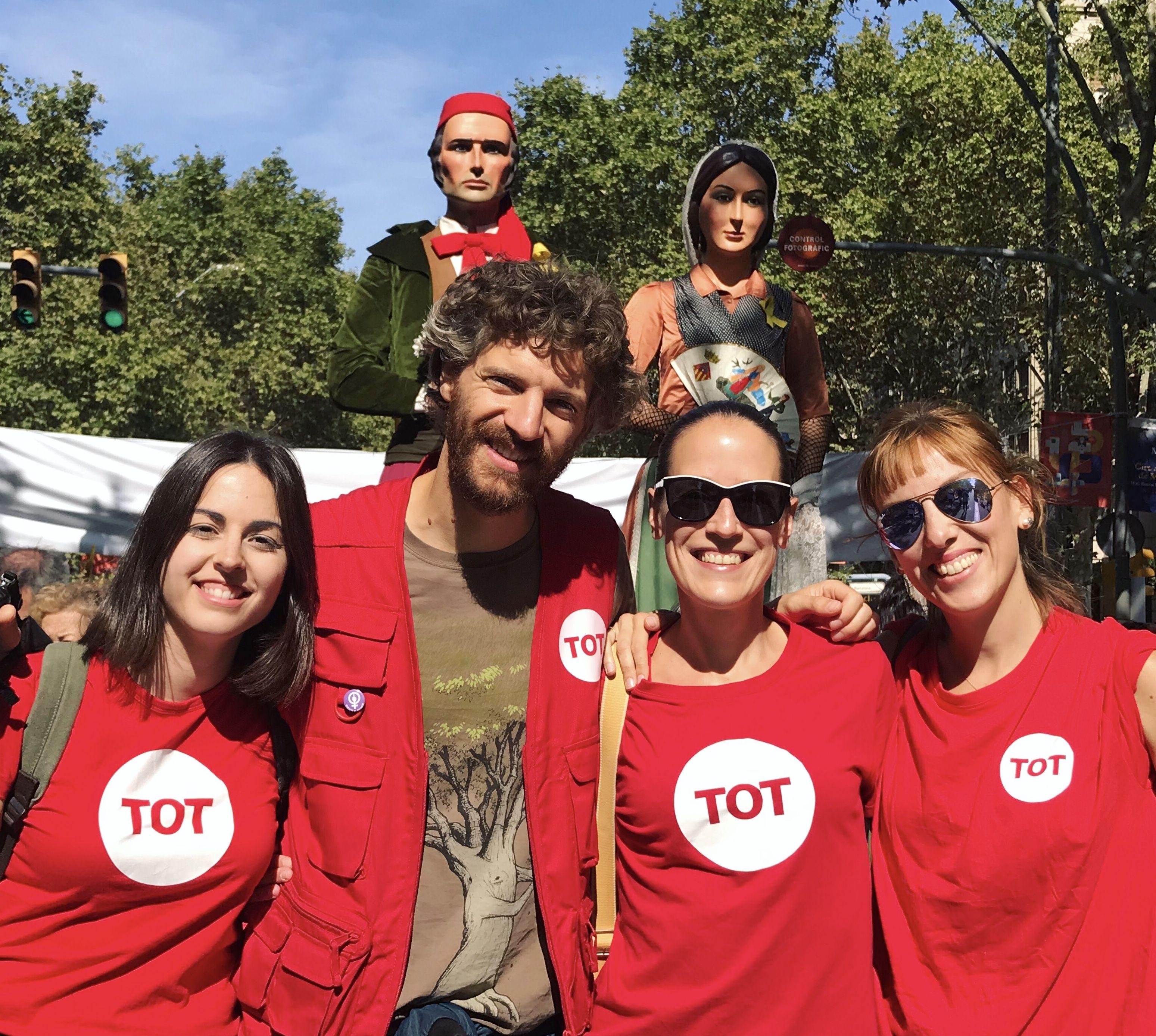 L'equip del TOT Cerdanyola, TOT Sant Cugat i TOT Rubí cobrint el tram vallesà de la manifestació