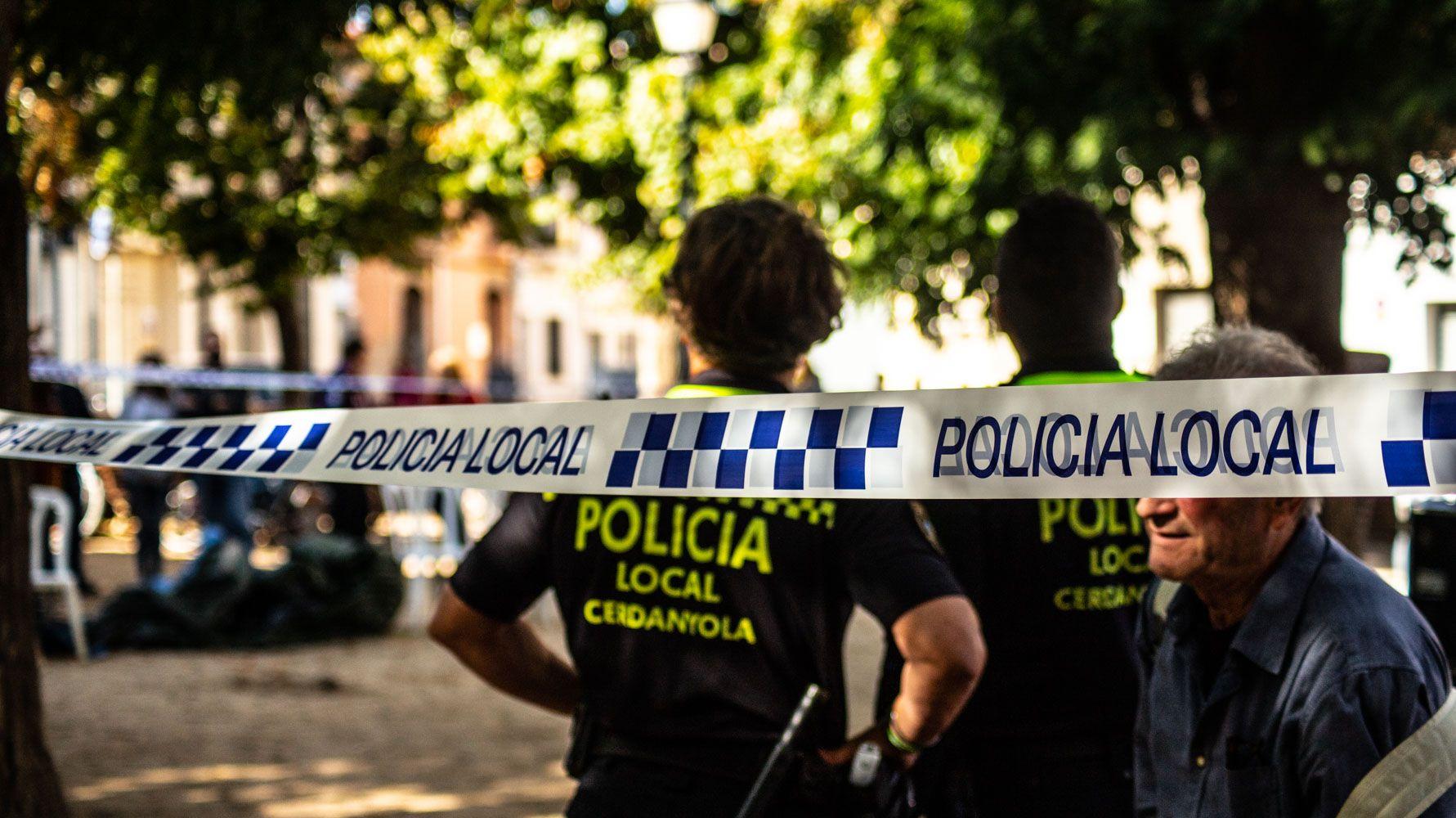 La policia local acordonant la zona afectada durant el Vermut de Sant Martí