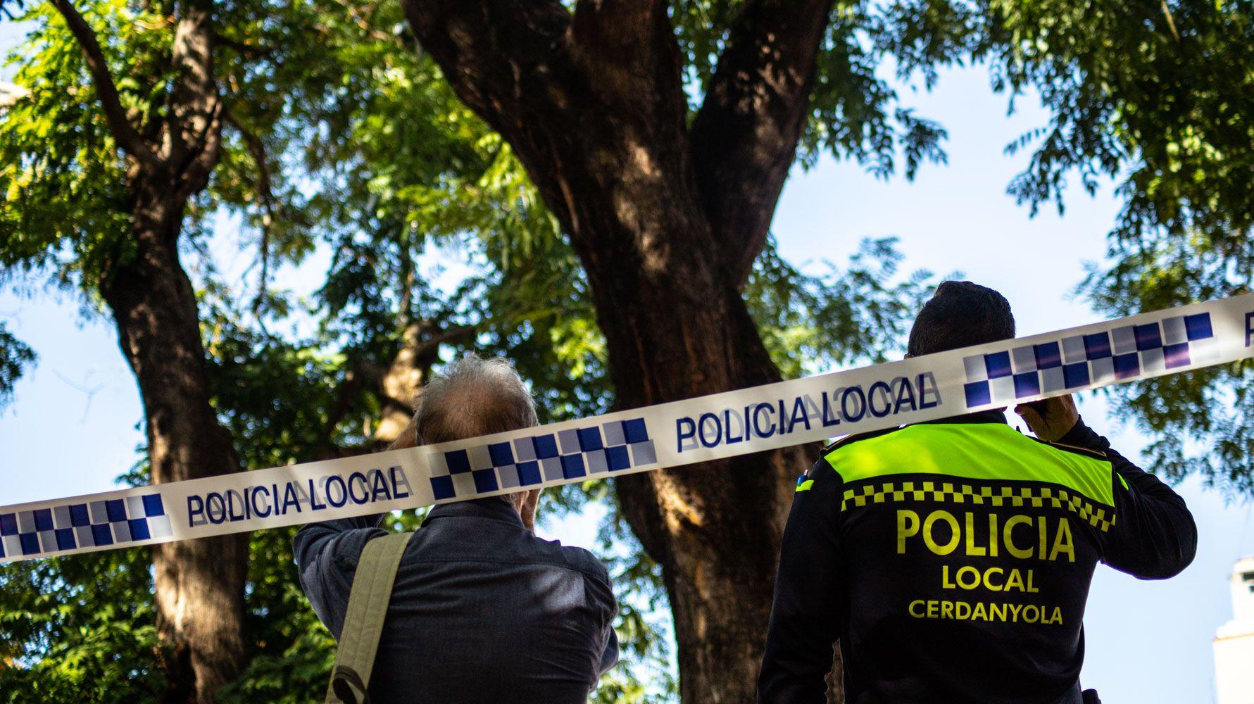 La policia local acordonant la zona afectada