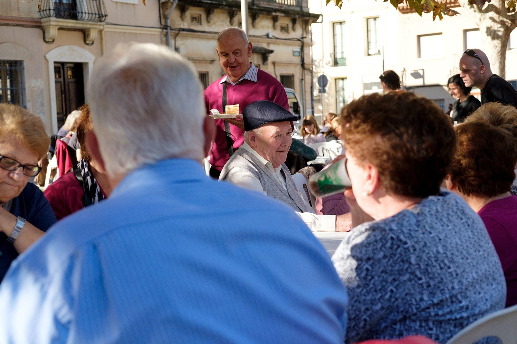 Dinar a la carpa de la plaça de Sant Ramon. FOTO: Ale Gómez