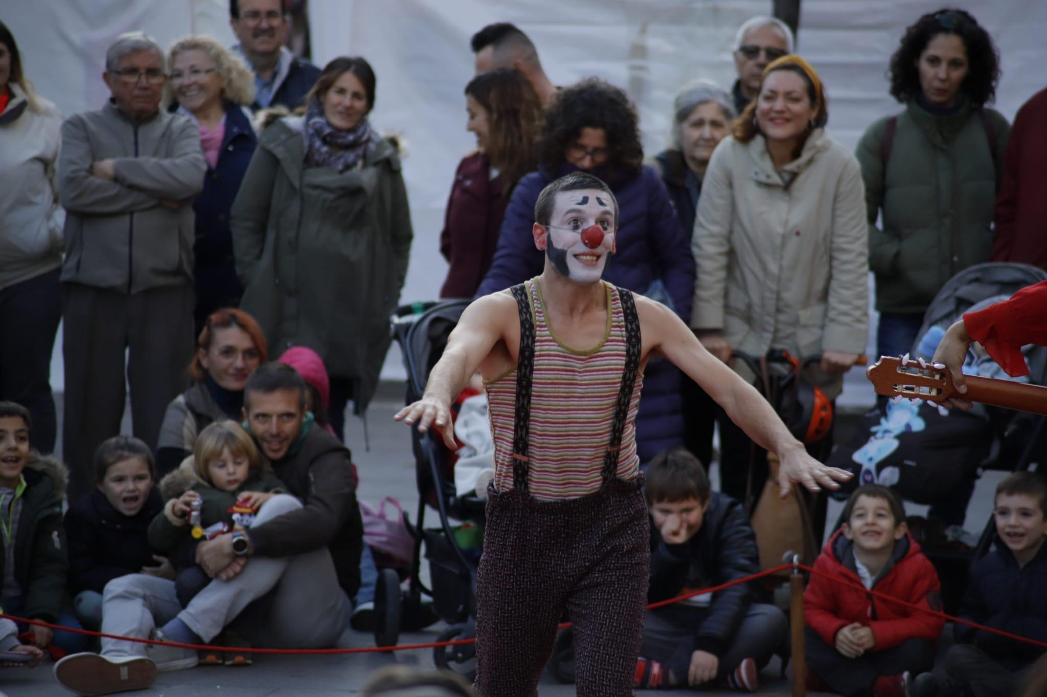 Espectacle infantil a la plaça de l'Abat Oliba. FOTO: Adrián Gómez