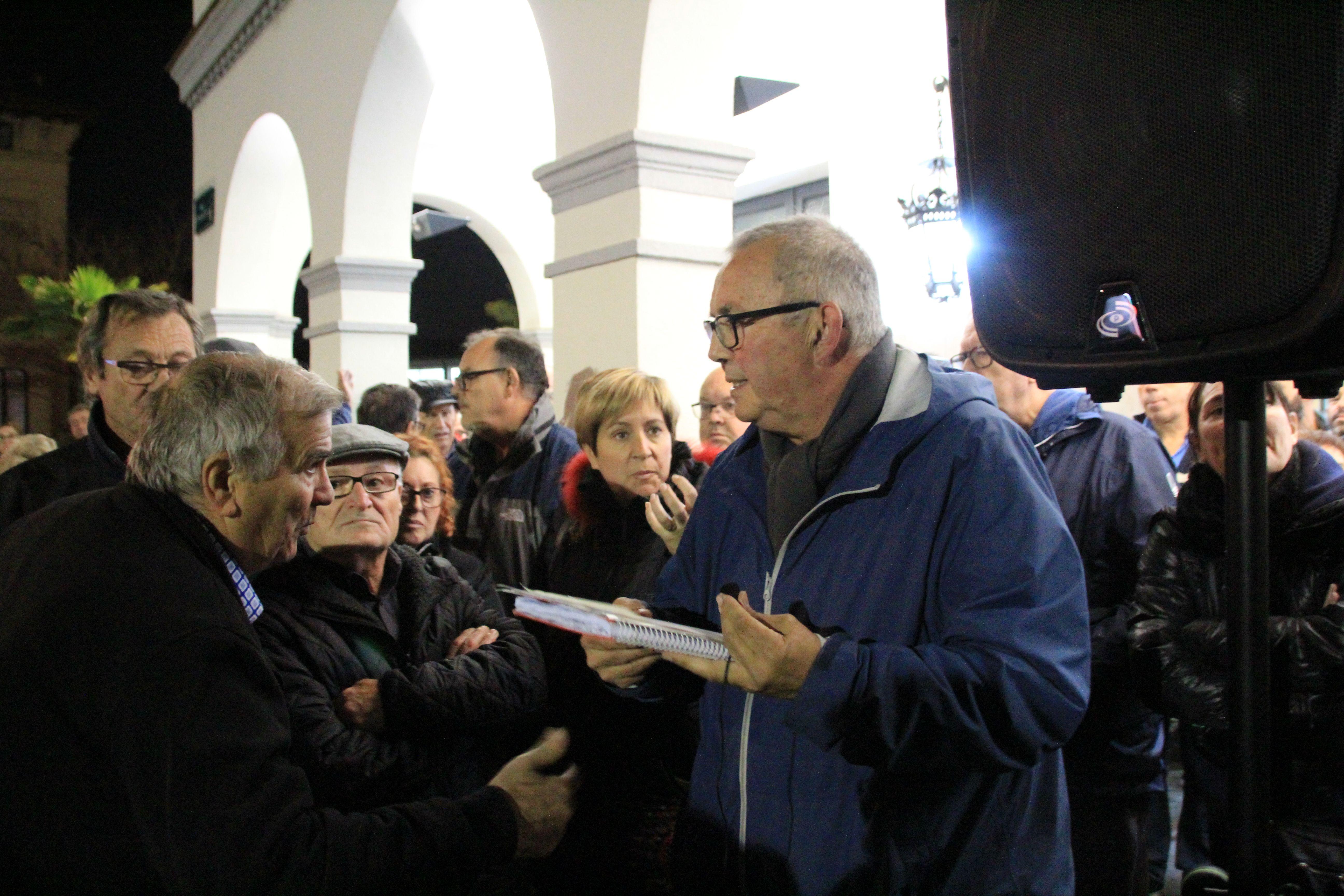 La Plataforma NO tribut va informar sobre la reunió amb l'Ajuntament als concentrats el 13 de novembre a la Plaça Francesc Layret
