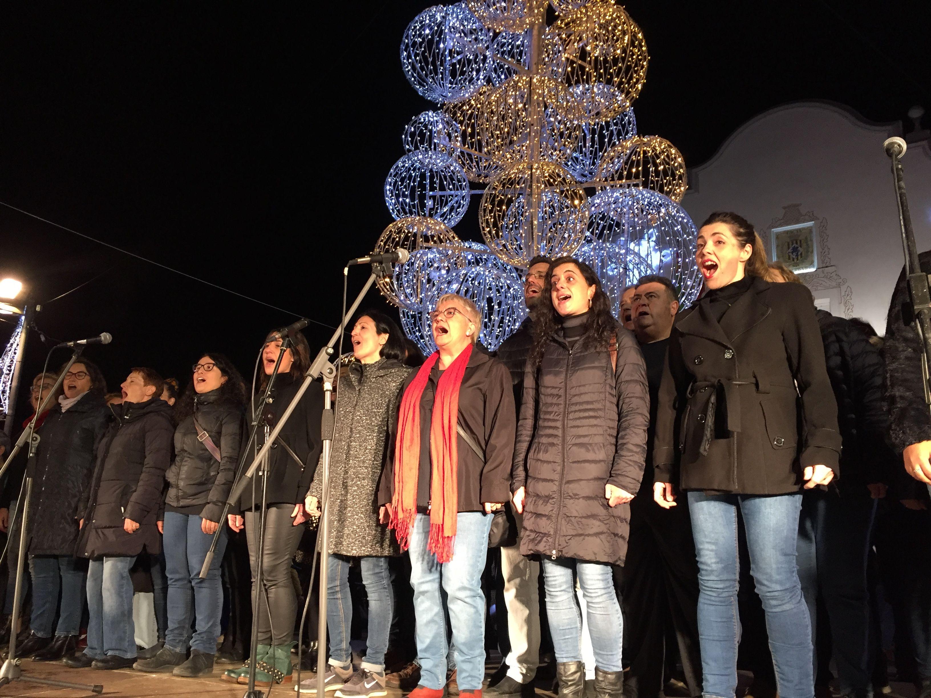 Concert de la Coral d'Aulos durant l'encesa de llums de Nadal. FOTO: Laura Arias