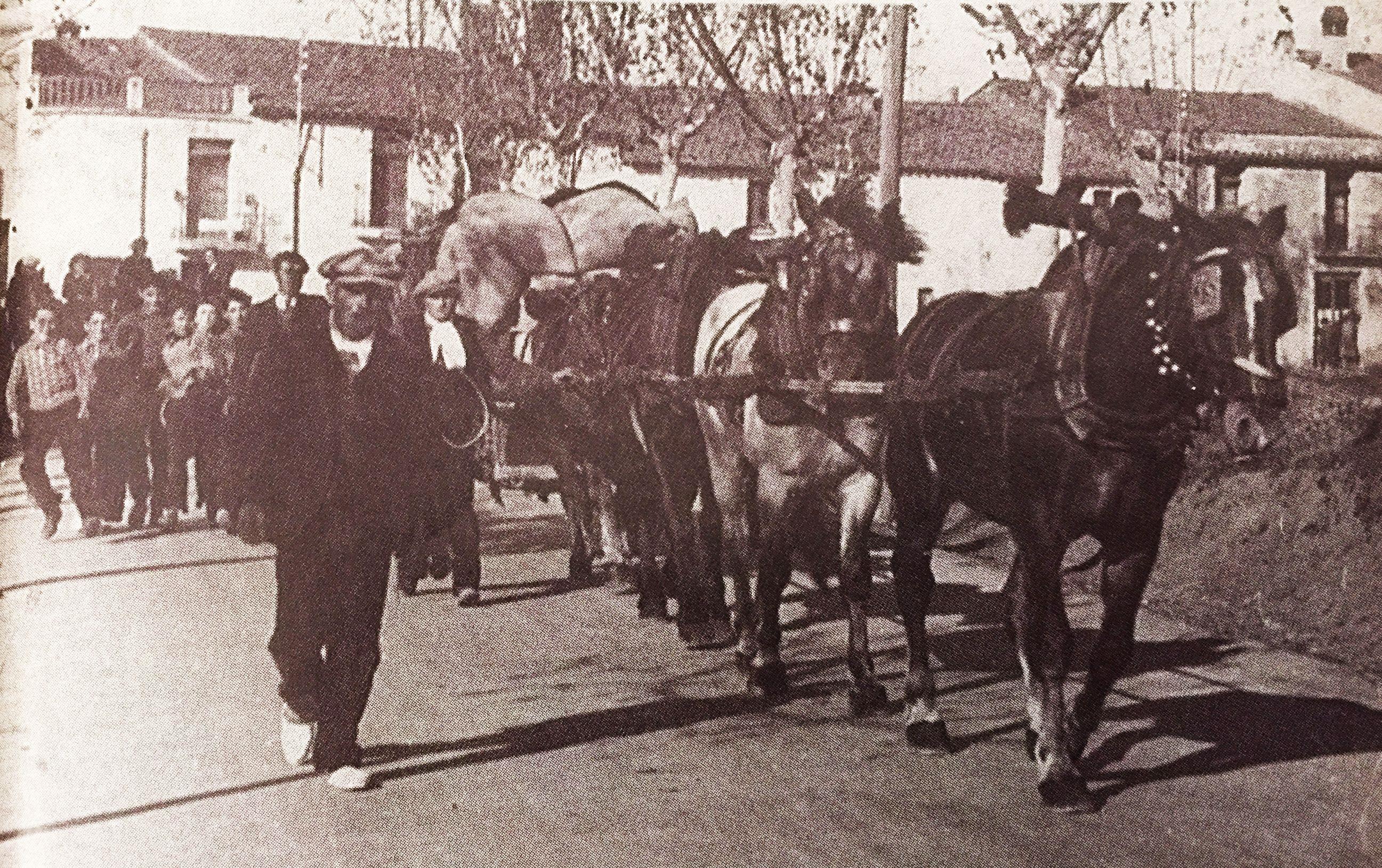 Els Tres Tombs a l'avinguda Flor de Maig, als anys 40 (Imatge publicada al TOT Cerdanyola, 347). FOTO: Cedida per la família Segarra