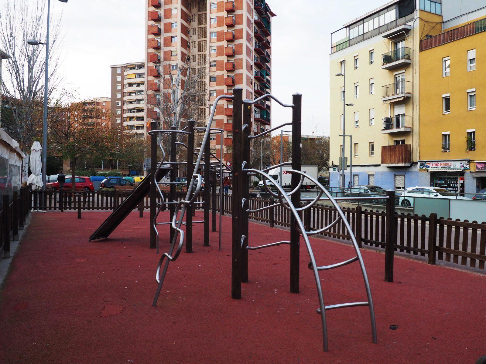 Parc infantil buit al centre de la ciutat. FOTO: Mónica García Moreno
