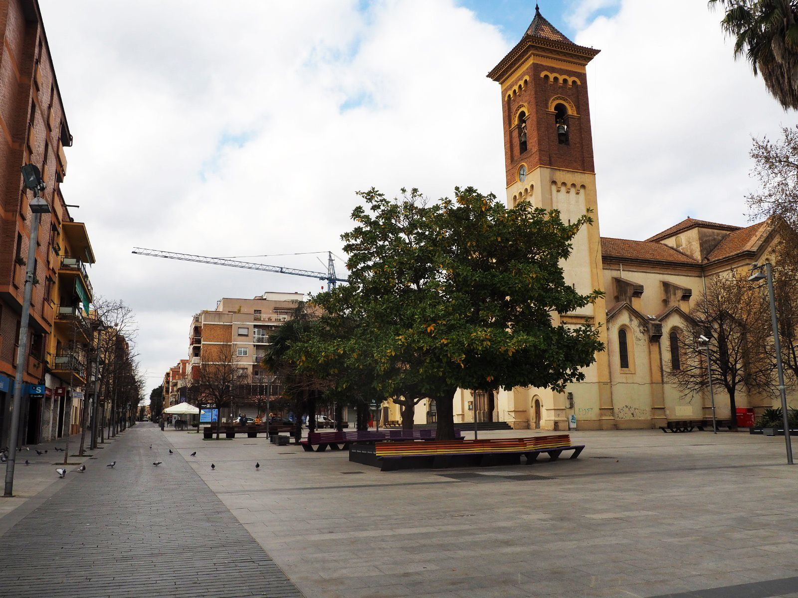 La plaça de l'Abat Oliba buida el diumenge 15 de març. FOTO: Mónica García Moreno
