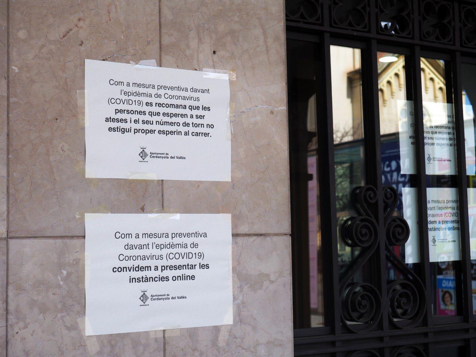 Cartells a la porta de l'AJuntament. FOTO: Mónica García Moreno