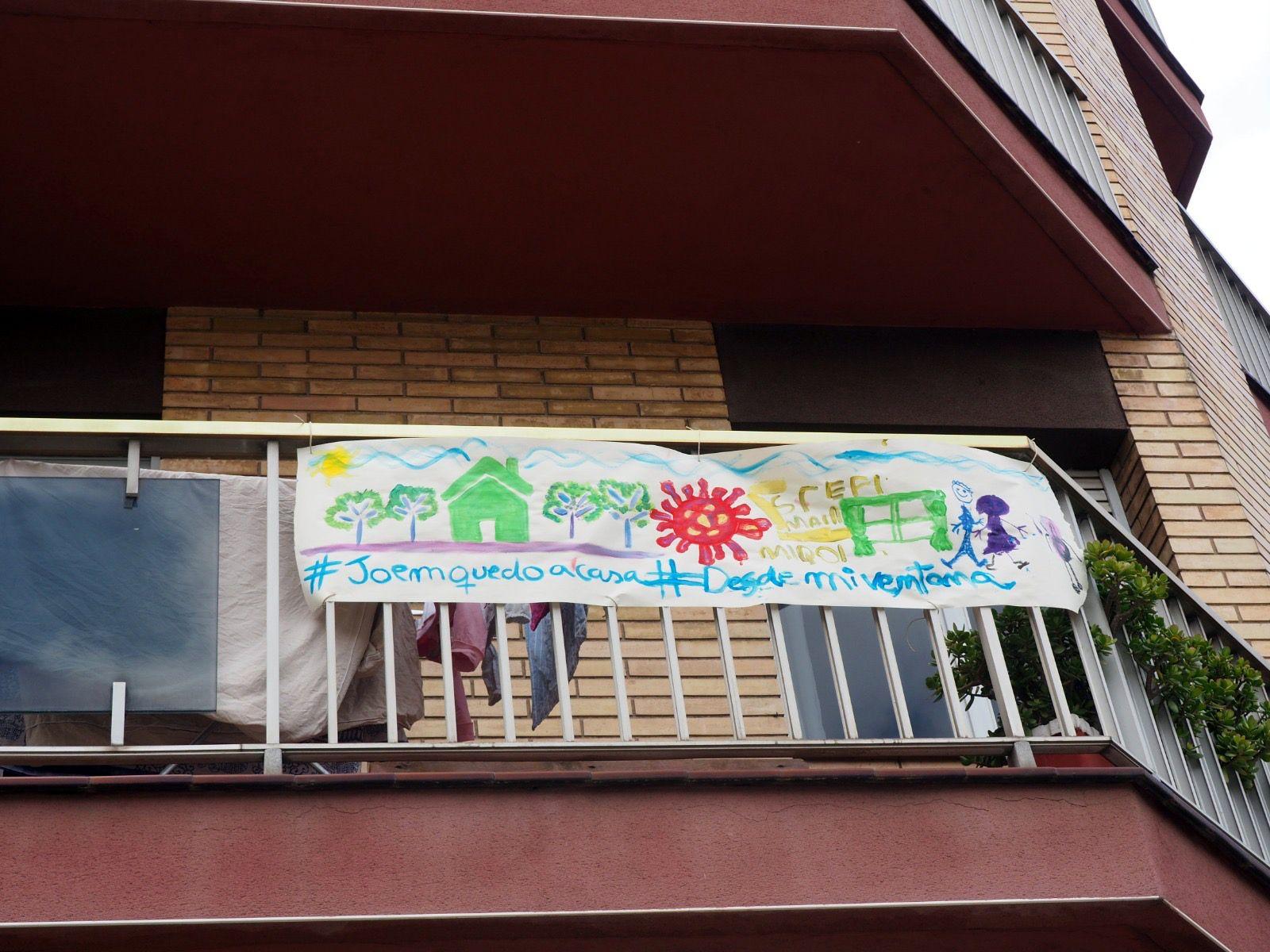 Infants de Cerdanyola fan dibuixos i els pengen dels balcons. FOTO: Mónica García Moreno