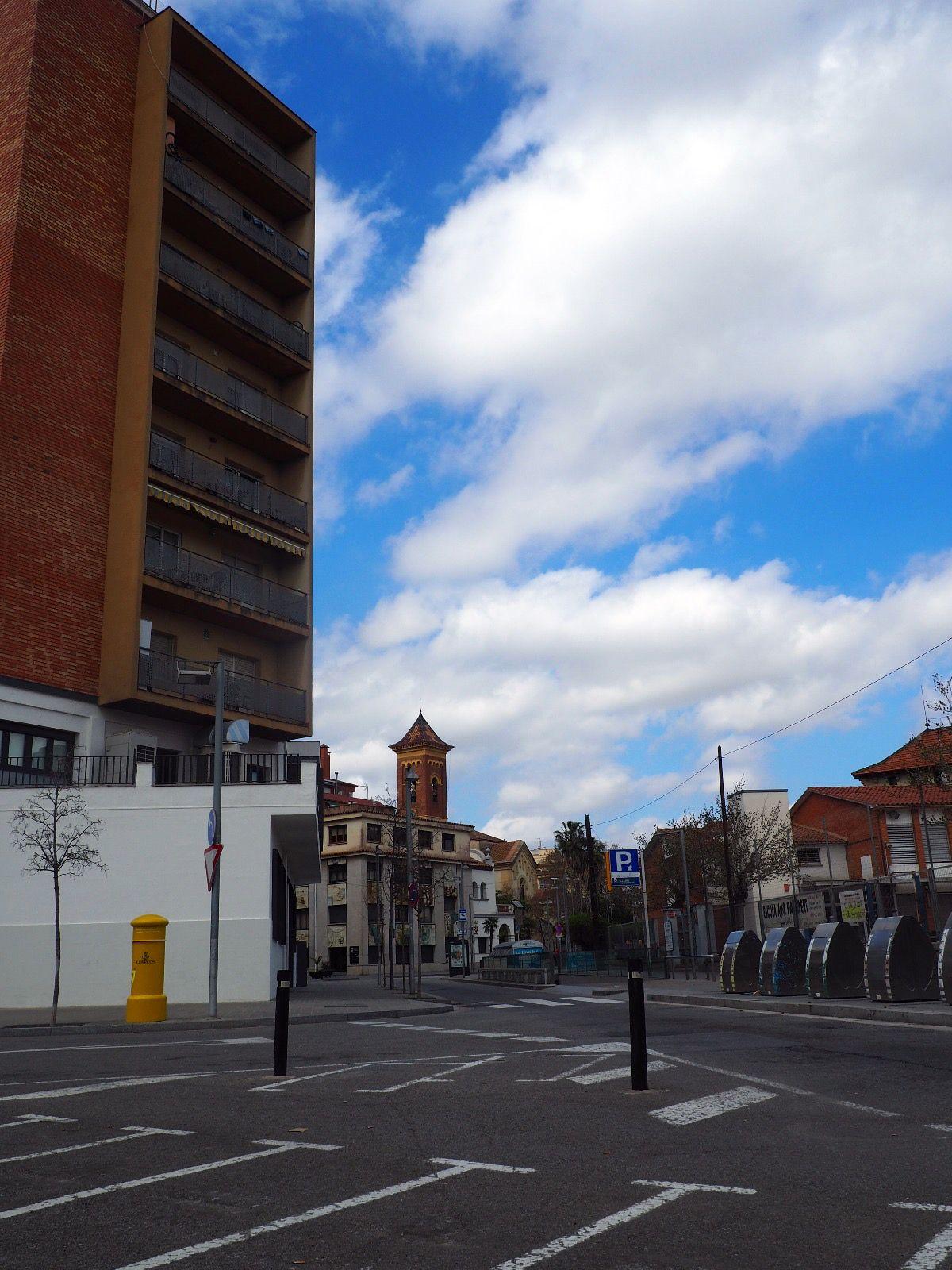 Els carrers s'han buidat i només queden els cerdanyolencs que van a treballar, comprar aliments o passejar el gos. FOTO: Mónica García Moreno