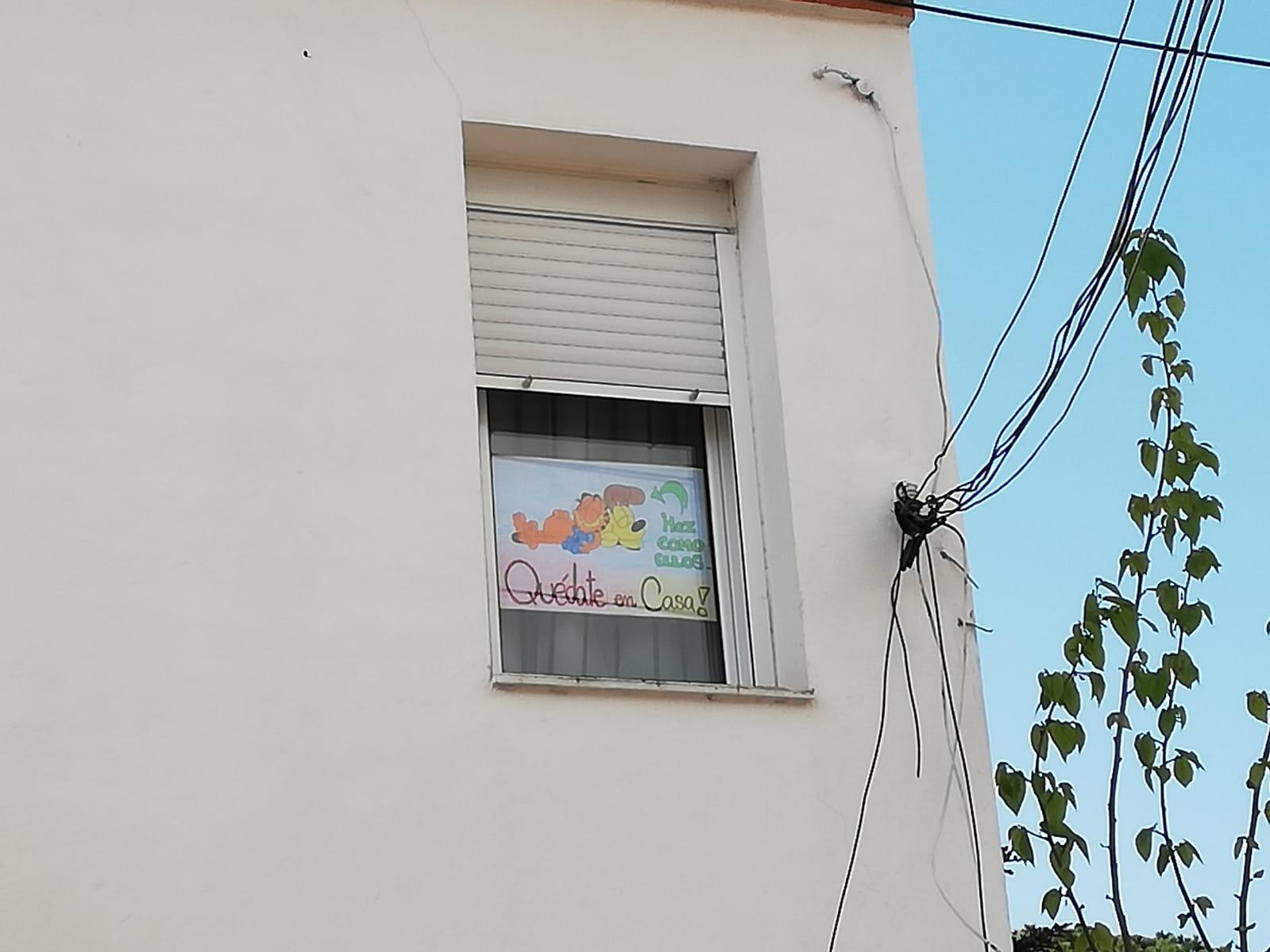 Cartell a la finestra
