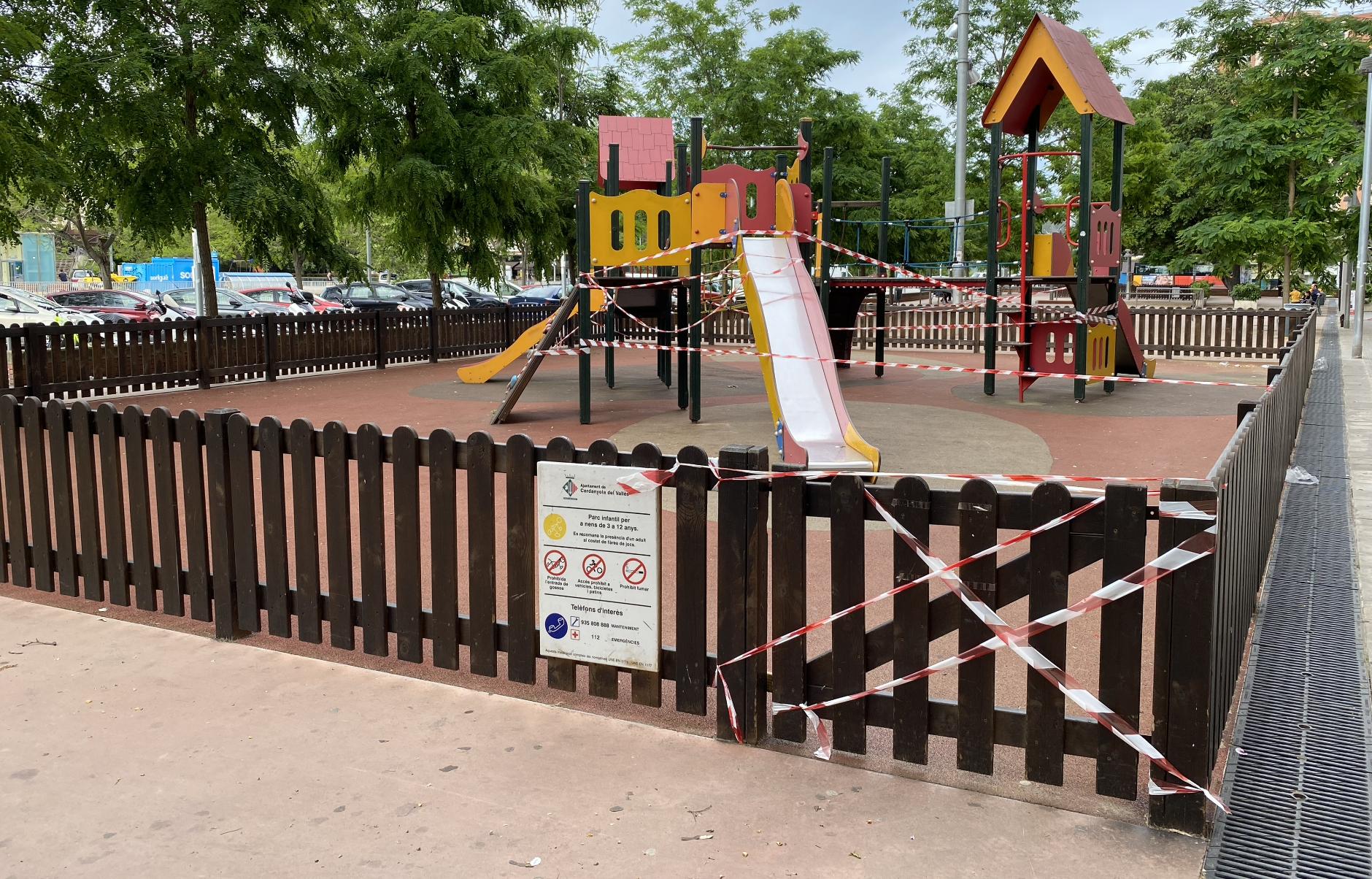 Un parc infantil de Cerdanyola tancat durant l'estat d'alarma. FOTO: Mónica GM