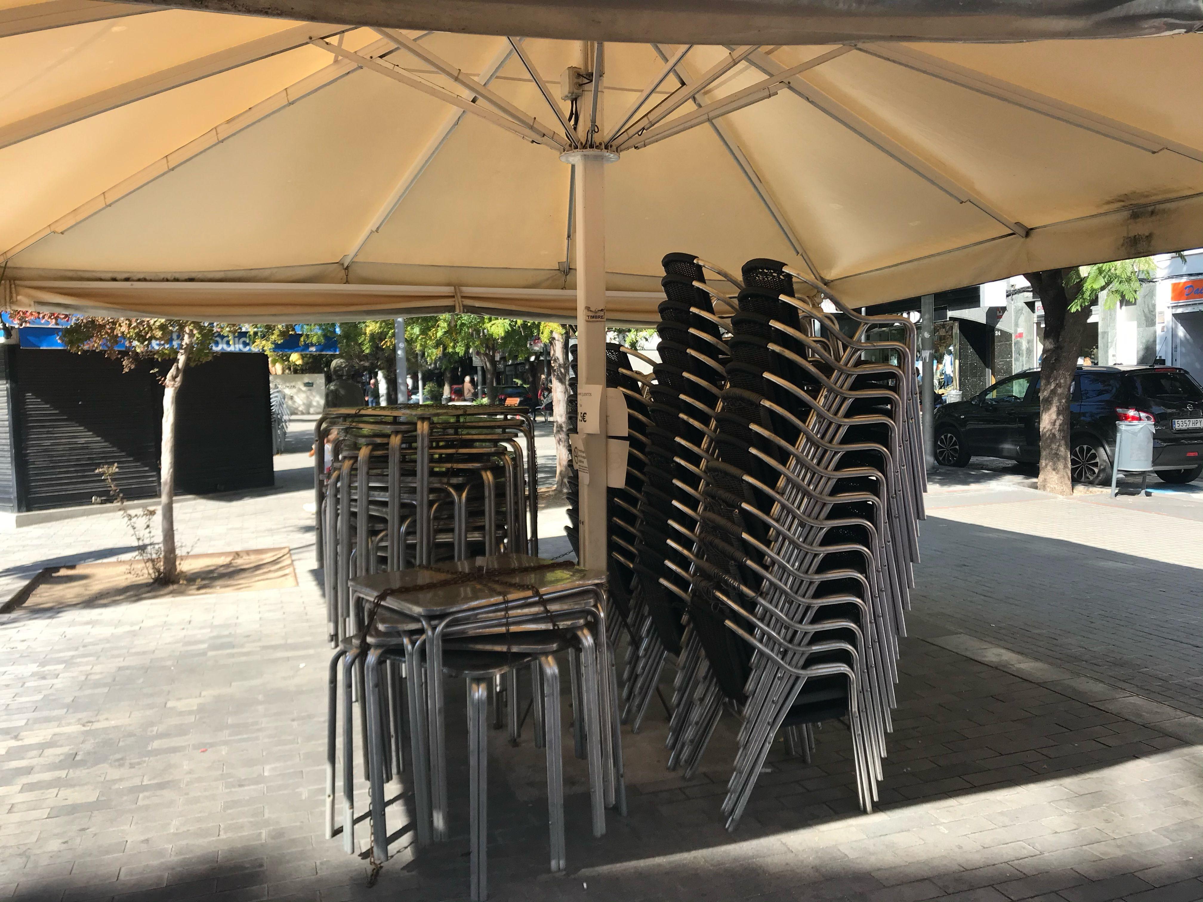 Taules i cadires d'un bar tancat a Cerdanyola. FOTO: Laura Arias