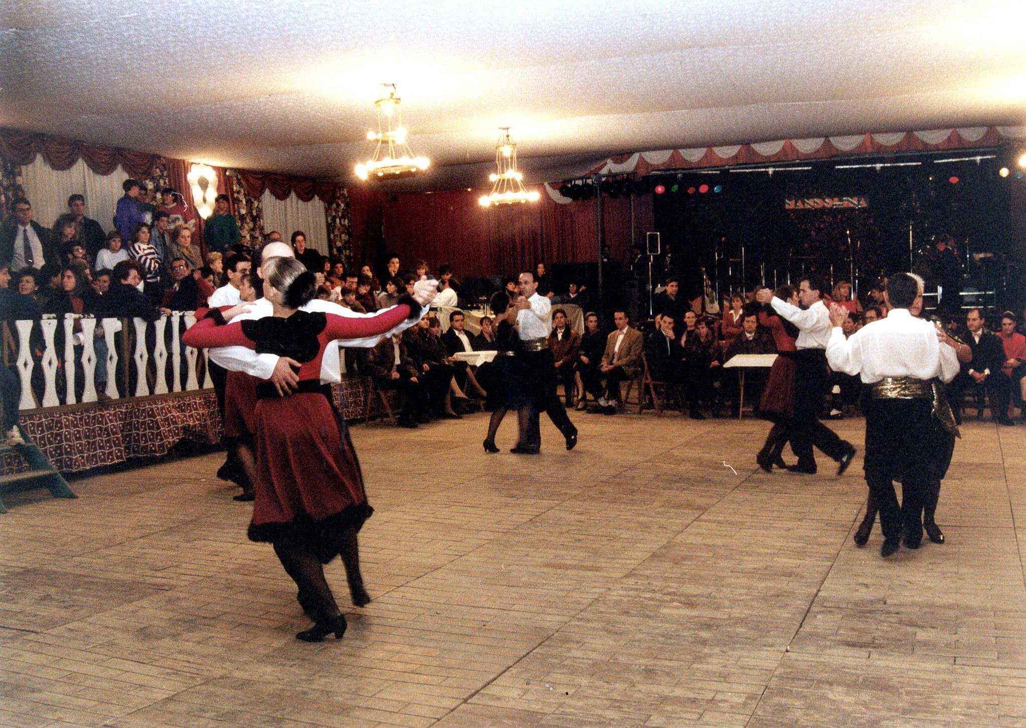 L'envelat de la plaça Sant Ramon acollia actuacions, ballades  i altres activitats. Imatge de l'any 1991. Autor: Pepe Urbano