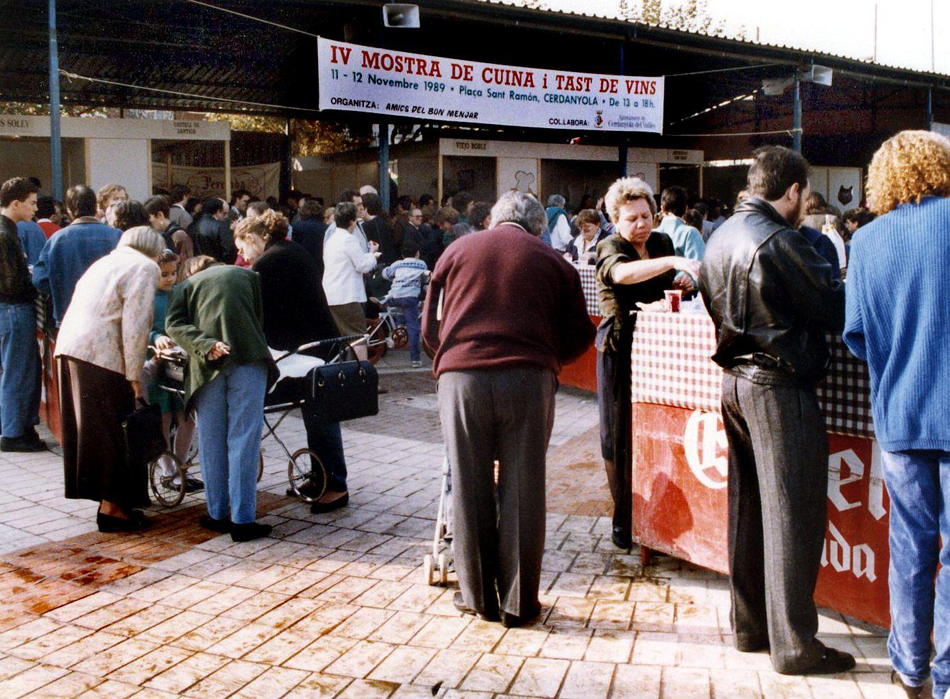 Quarta Mostra de Cuina i Tast de Vins durant la festa de Sant Martí l'any 1989. Autor: Pepe Urbano