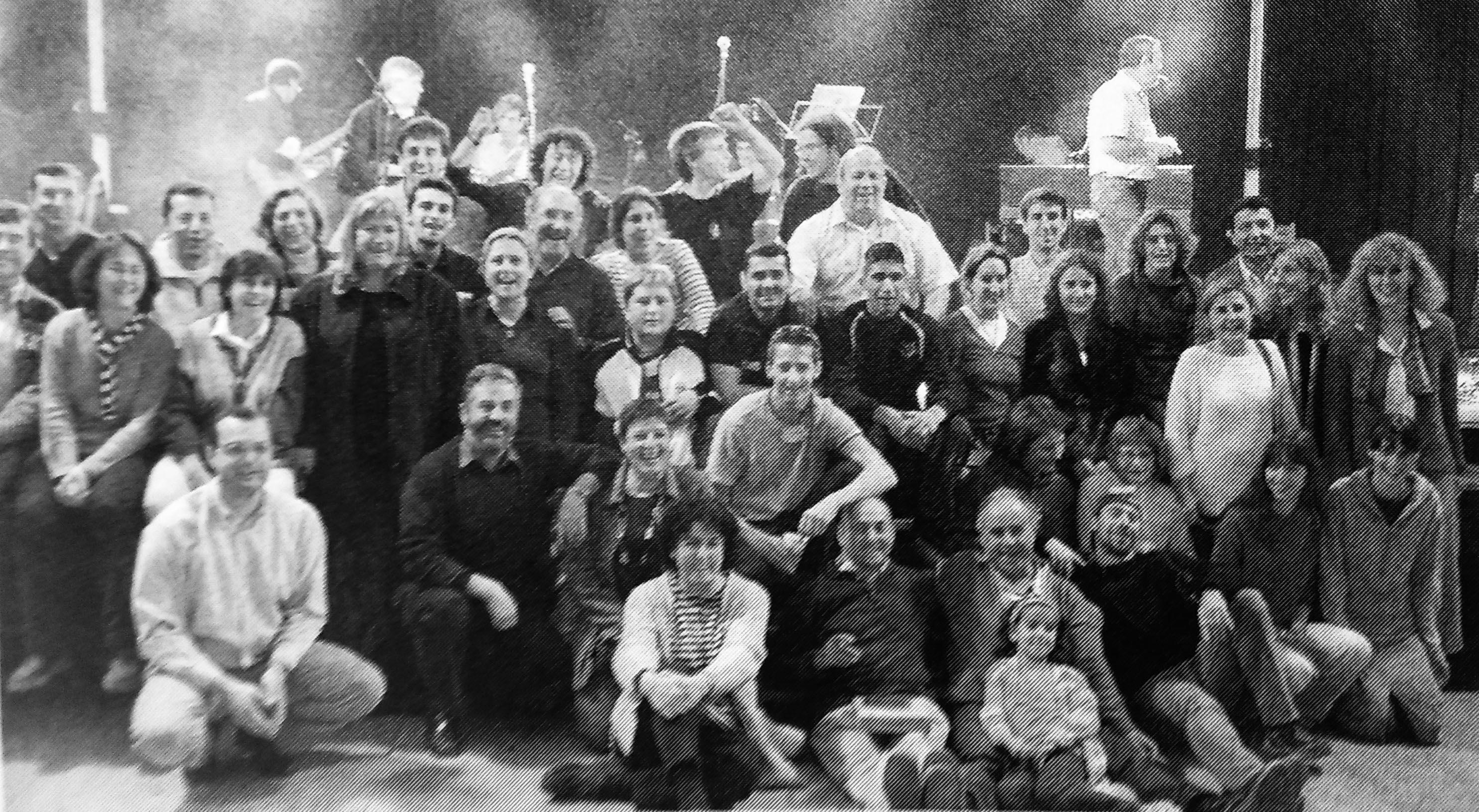 Foto de Família de La Comi, organitzadora de les Festes de Tardor 2001. Es va publicar al TOT Cerdanyola número 777 (2002)