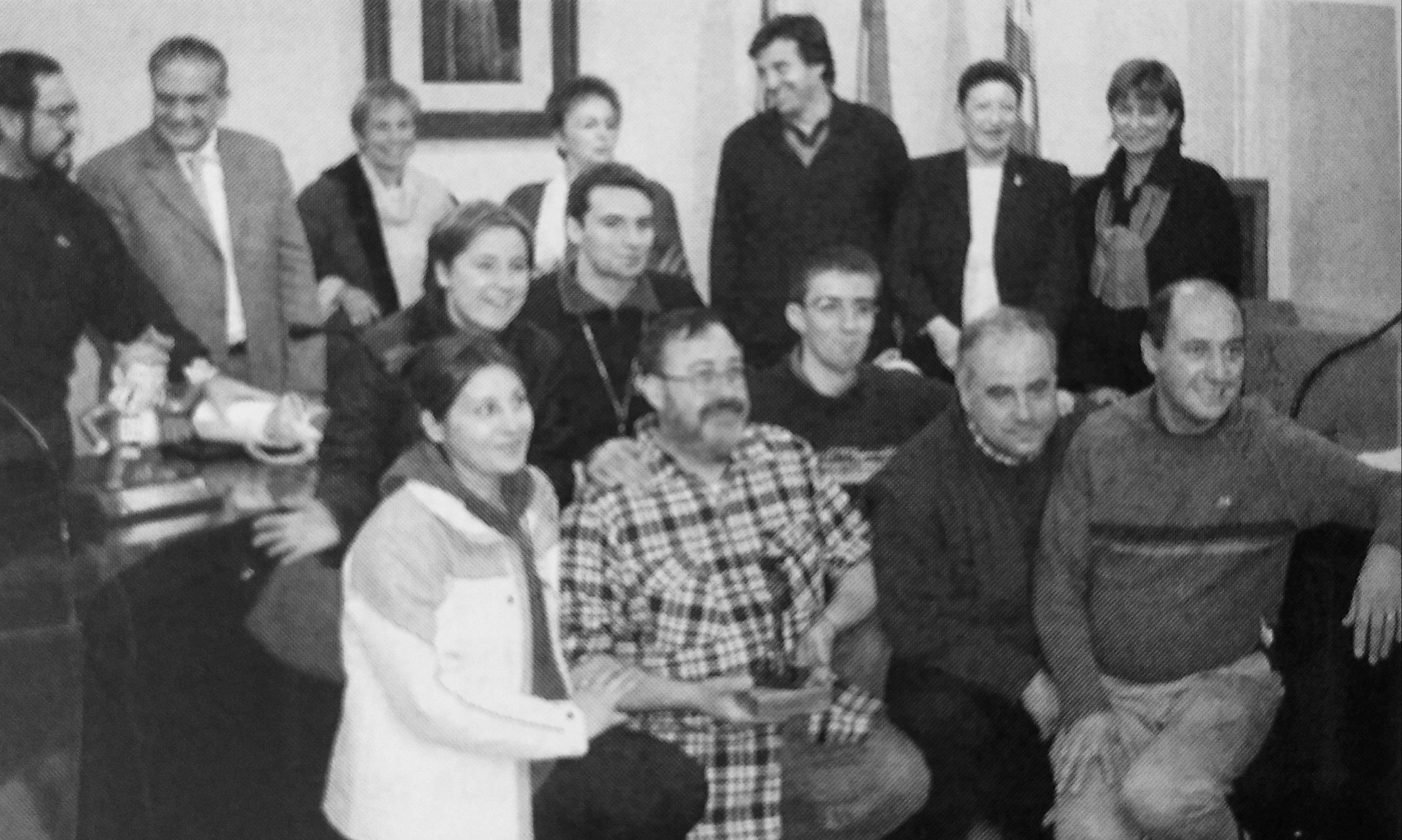La Comissió de Festes Sant Martí, rebent el premi Cerdanyolencs de l'any 2001 de mans de les autoritats locals. Es va publicar al TOT Cerdanyola número 766