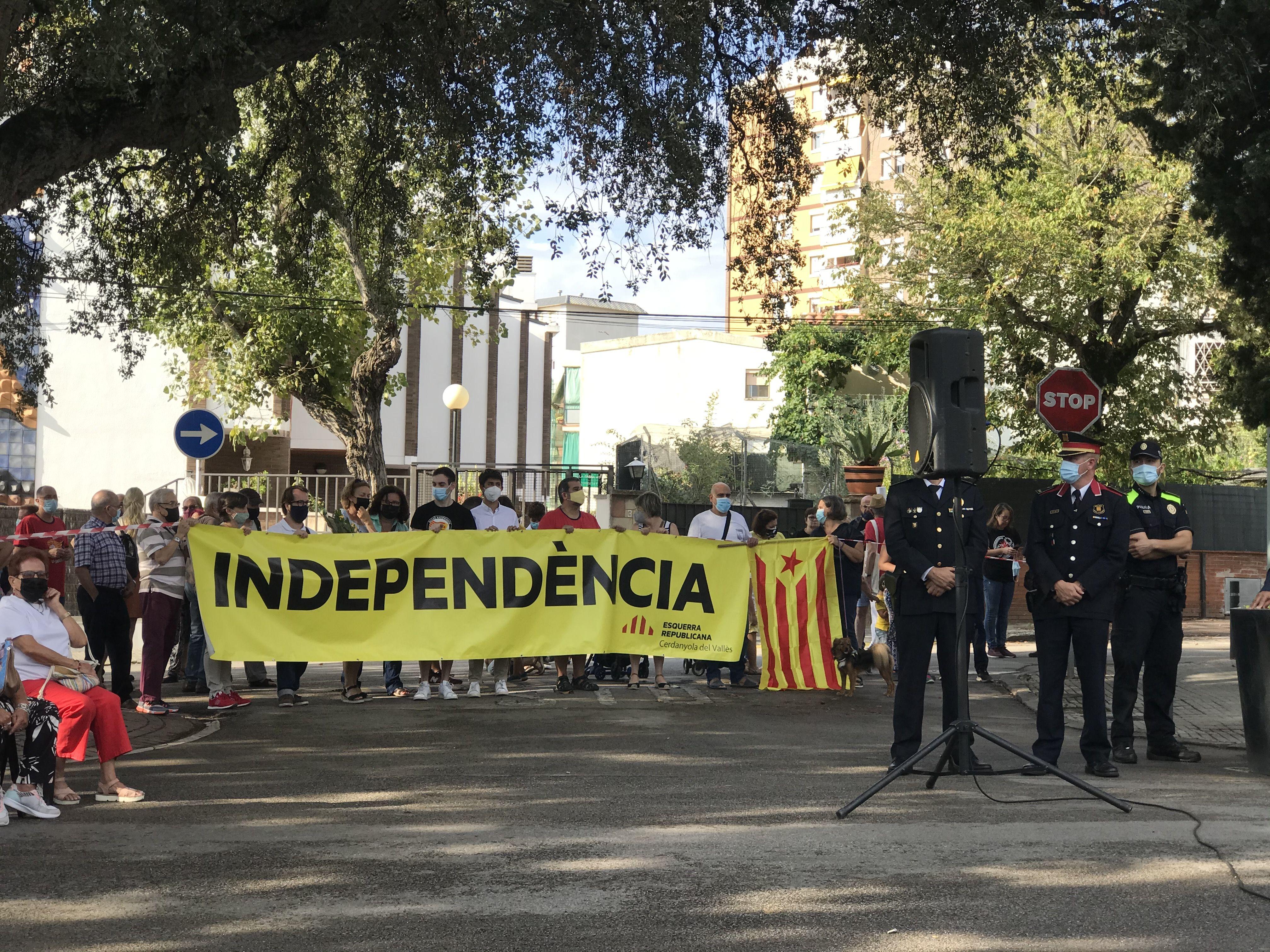 Algunes entitats han presenciat l'acte des de fora de la delimitació fixada. FOTO: Nora Muñoz