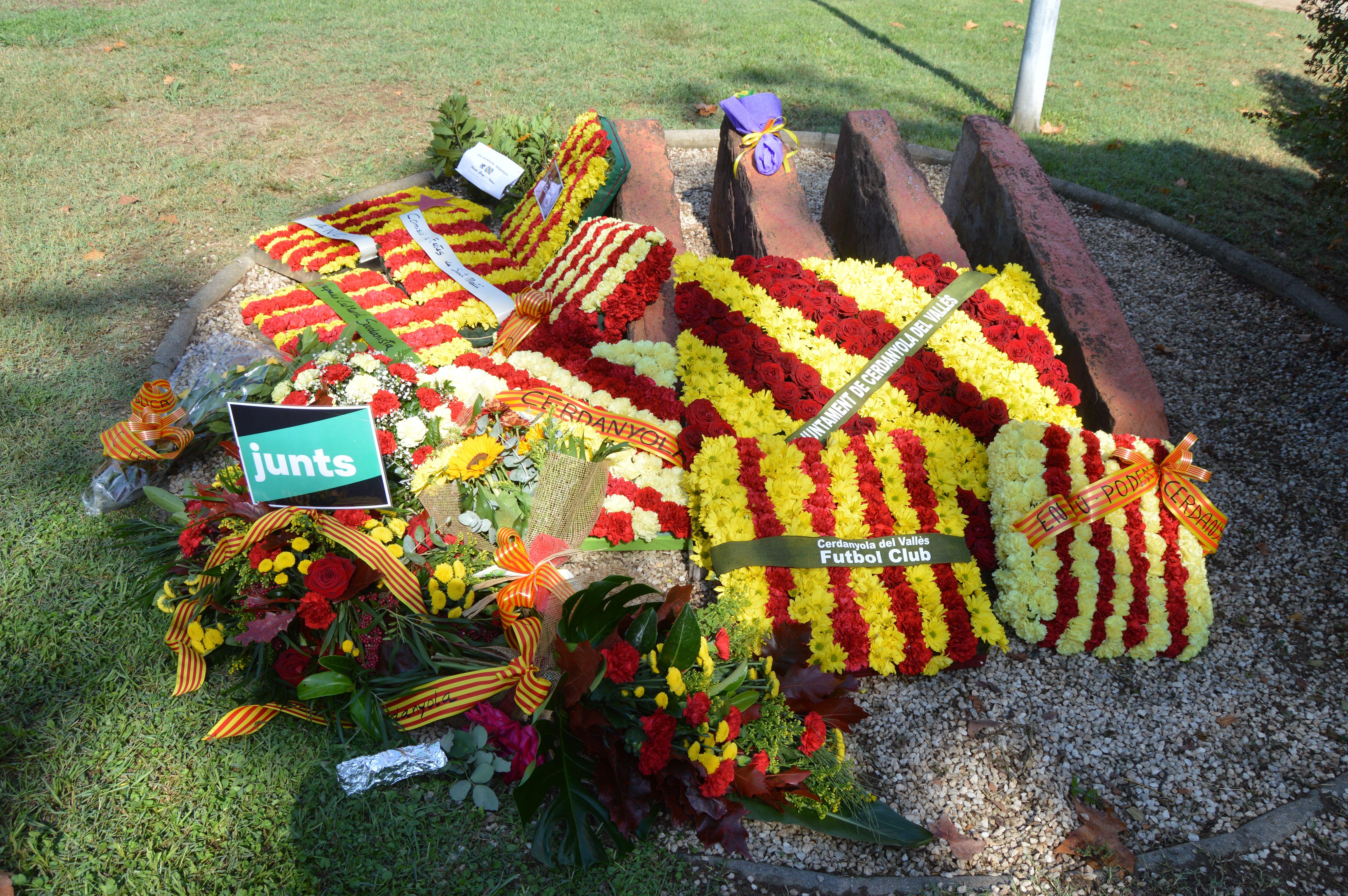 Imatge de l'ofrena floral al complert després de l'ofrena pòstuma. FOTO: Nora Muñoz