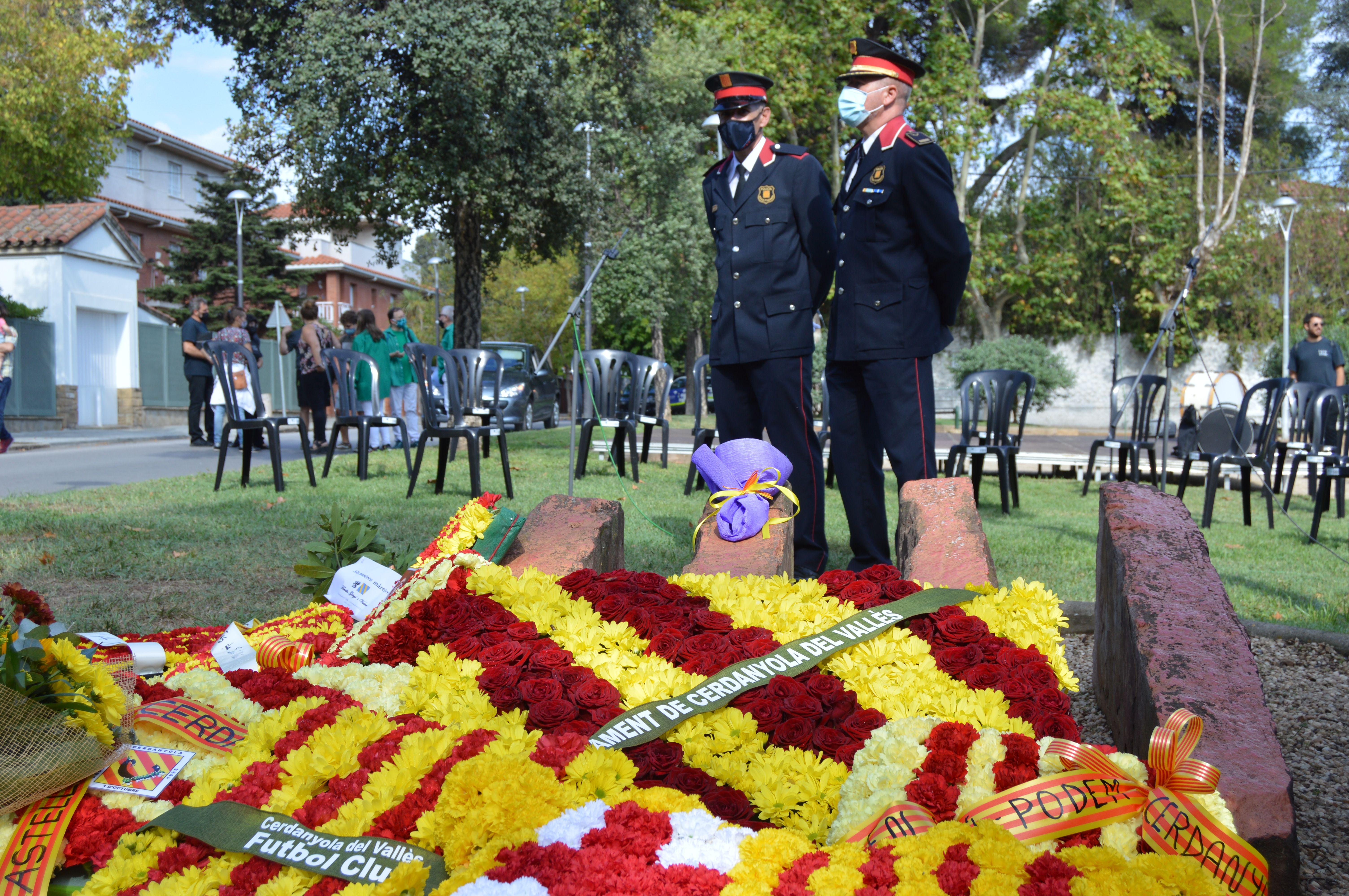 La Policia Local al darrere del monument 11 de setembre. FOTO: Nora Muñoz