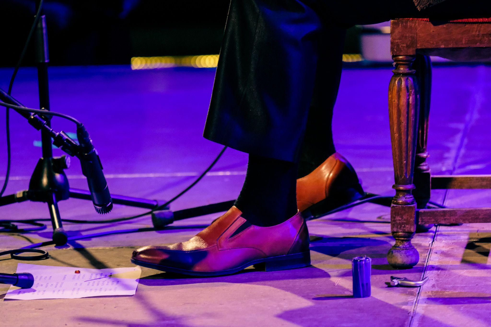 Detall dels peus de Doug MacLeod la primera nit de Blues, divendres 1 d'octubre. FOTO: Ale Gómez