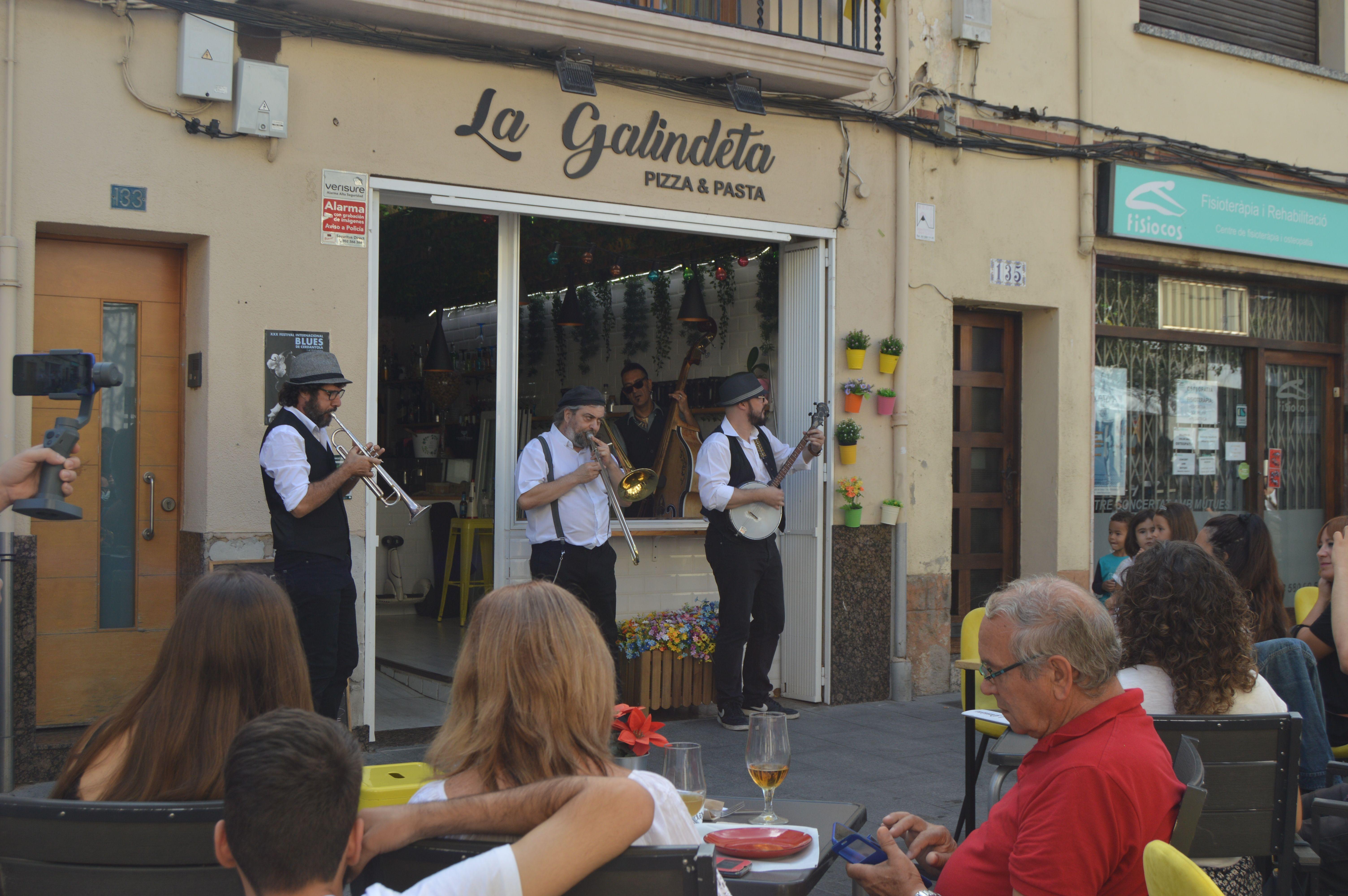 Concert del grup Hola que Dixie al bar de la Galindeta dissabte al matí. FOTO: Nora Muñoz