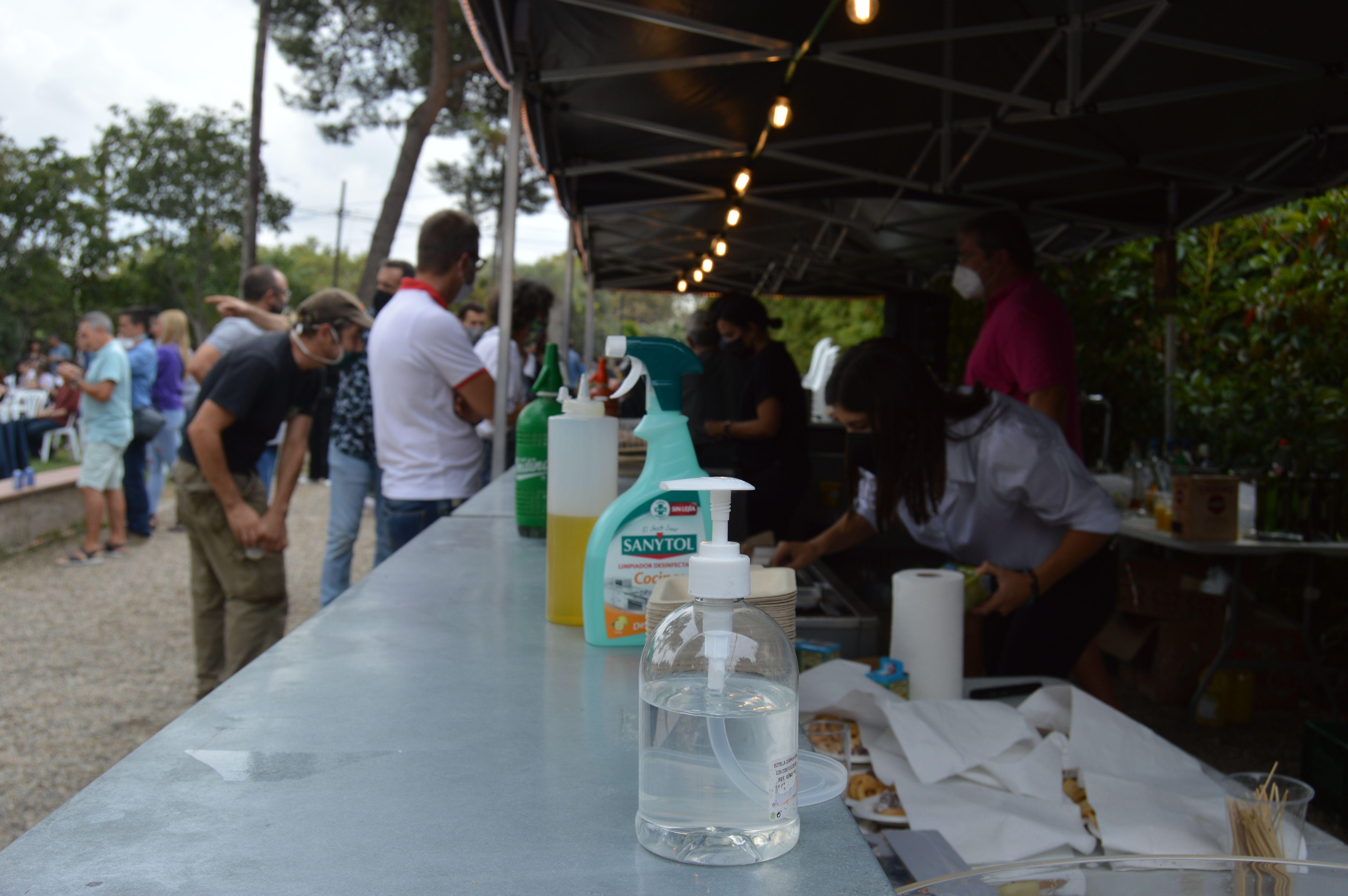 Barra de bar al concert de Izo Fitroy el matí de diumenge a Can Cordelles. FOTO: Nora Muñoz