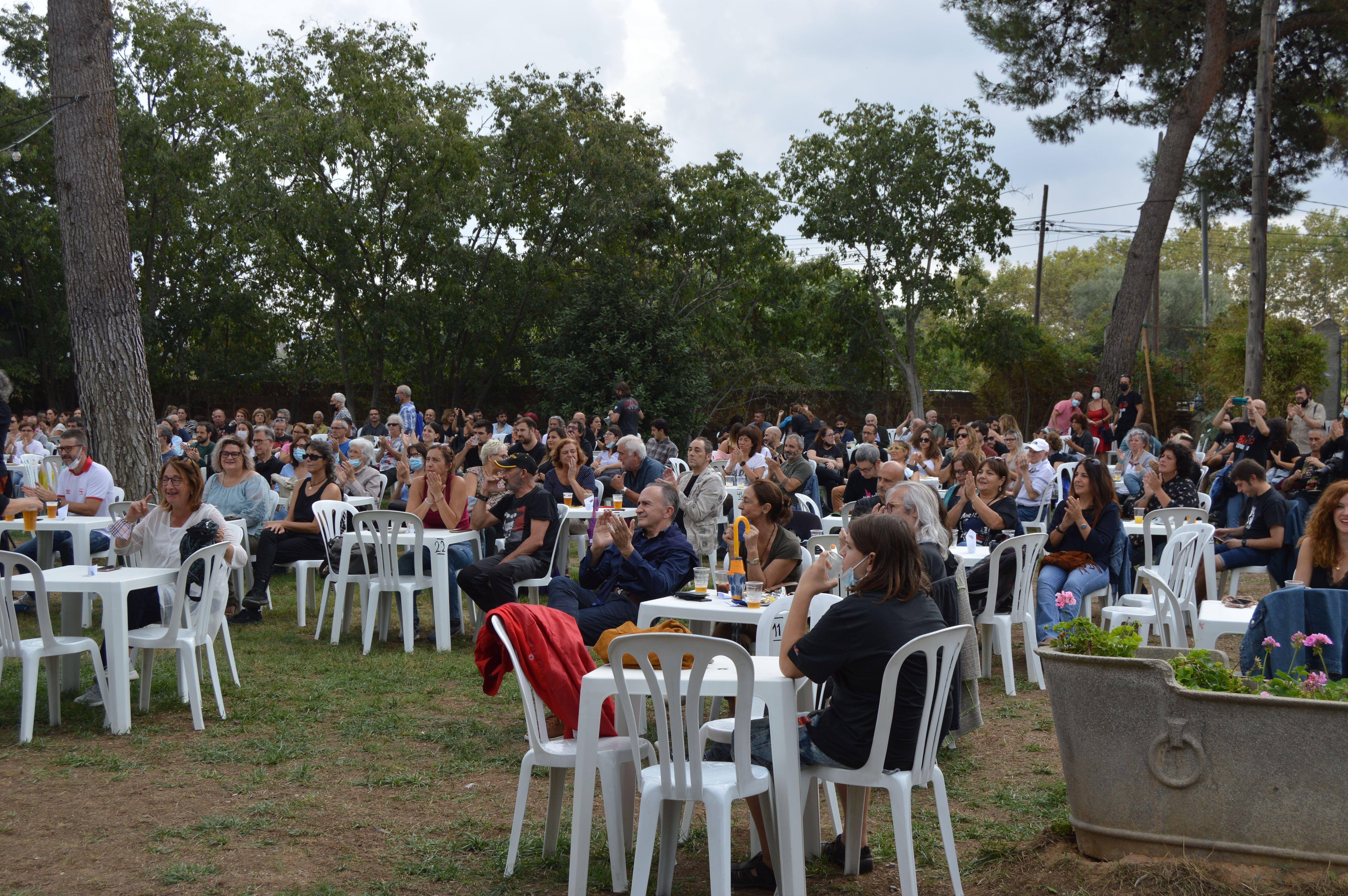Públic al concert de Izo Fitroy el matí de diumenge a Can Cordelles. FOTO: Nora Muñoz