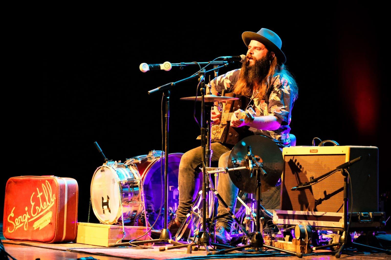 Sergi Estella actuant al Teatre Ateneu amb la seva guitarra-calaix 'handmade'. FOTO: Ale Gómez