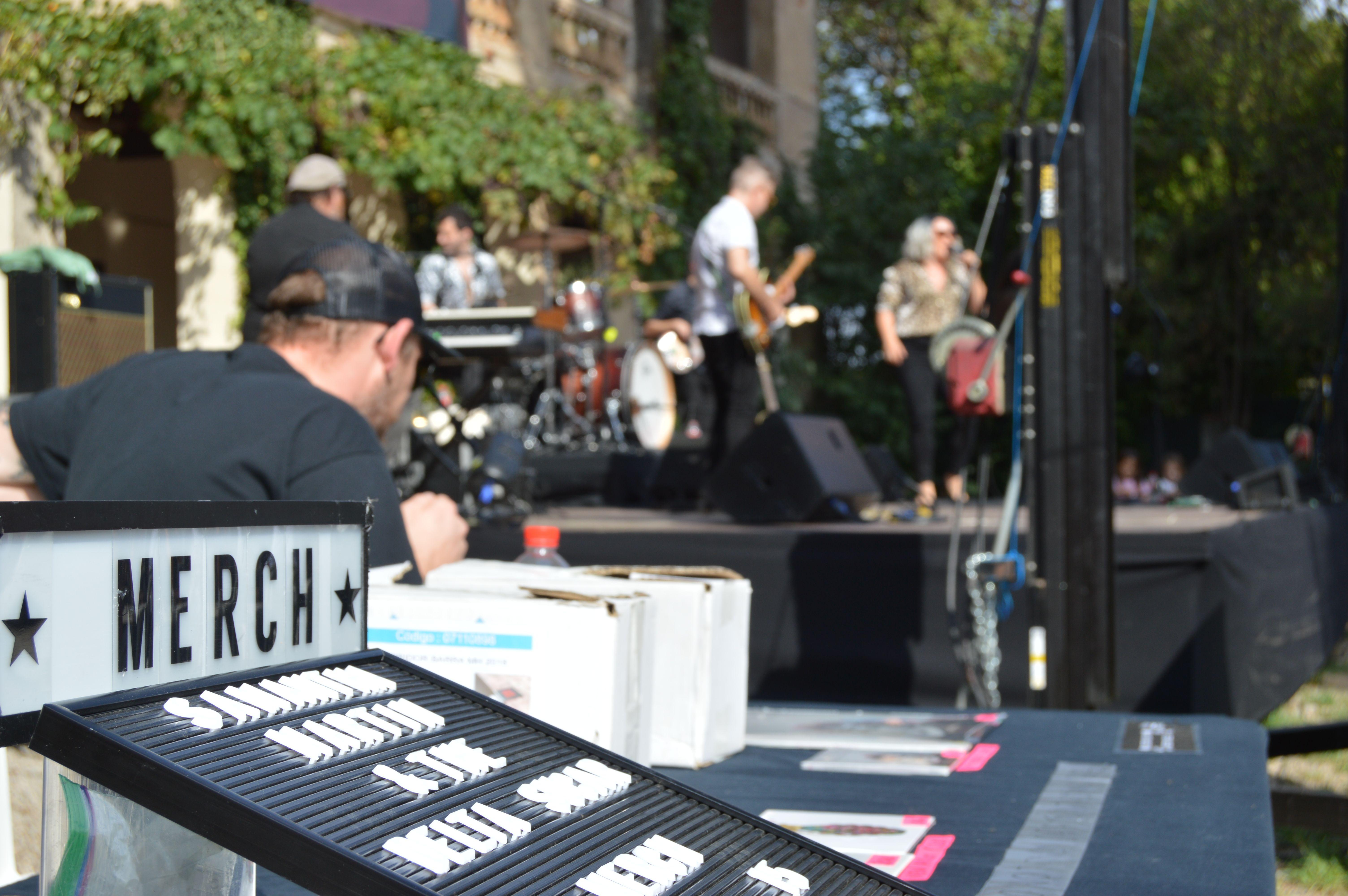 La banda va posar a la venda el seu merchandising i la seva discografia al concert de dissabte a Can Cordelles. FOTO, Nora Muñoz