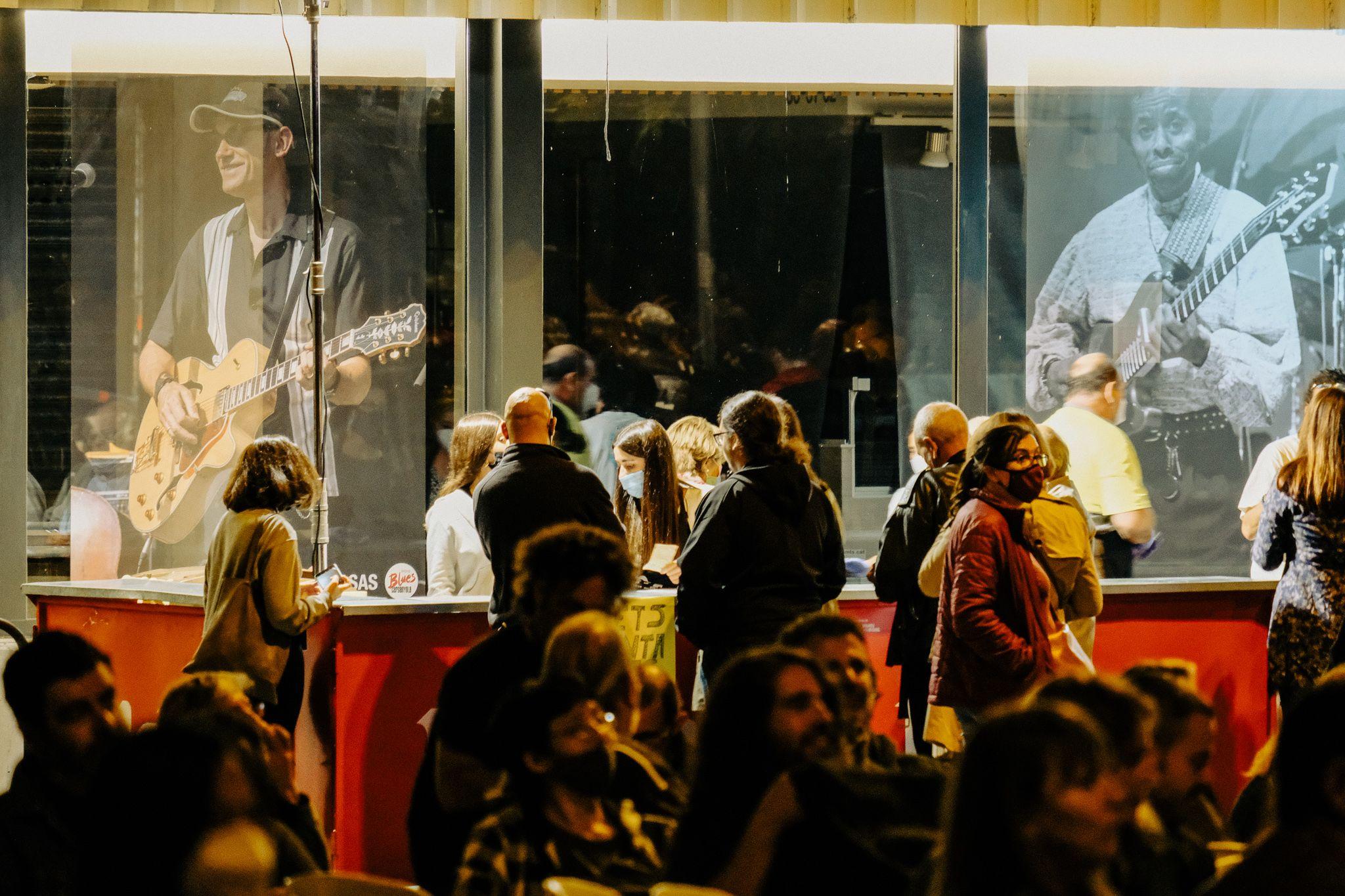 Barra per demanar consumicions la nit de tapes i blues al Mercat de Les Fontetes. FOTO, Ale Gómez