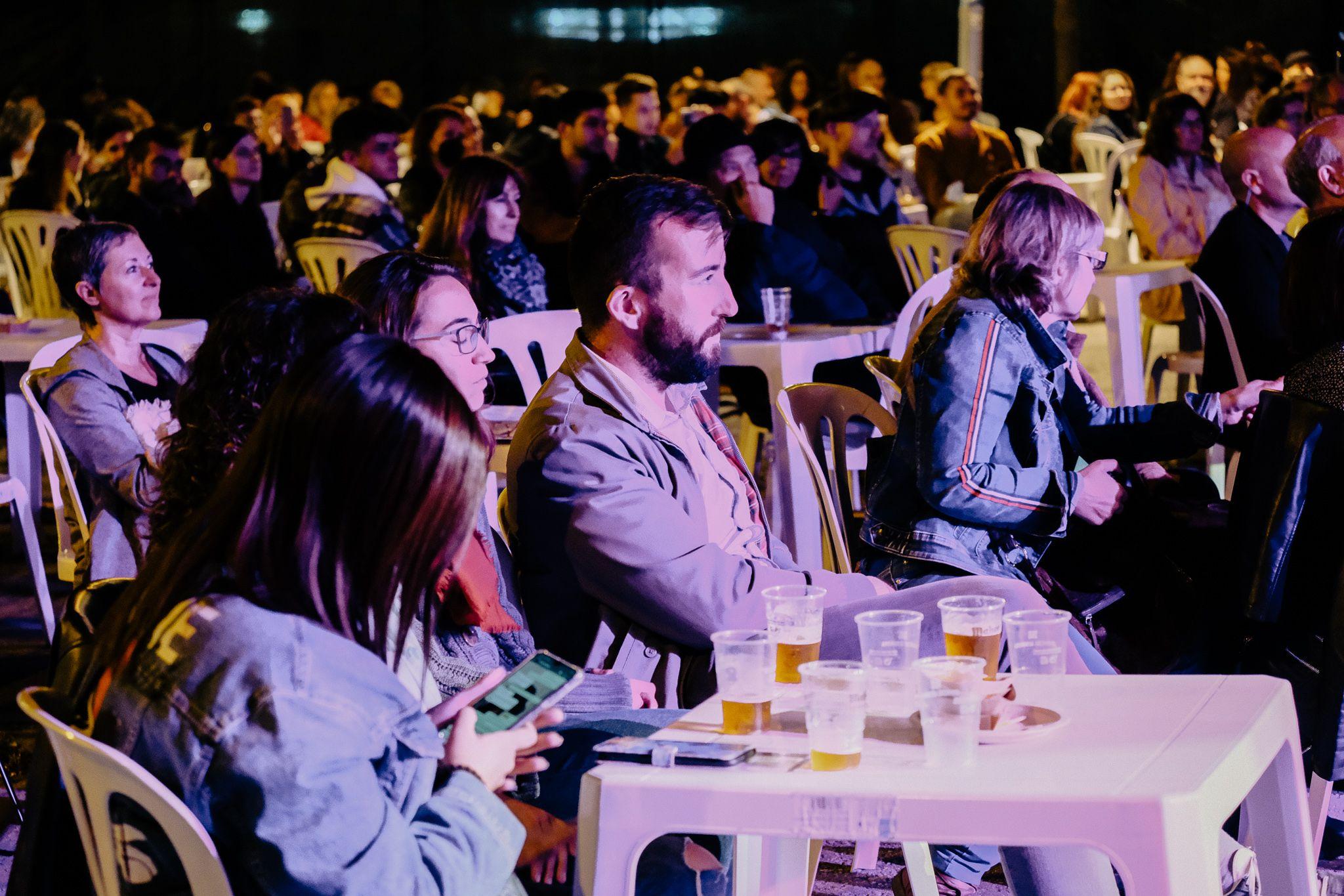 Públic que va assistir a la nit de tapes i blues al Mercat de Les Fontetes. FOTO, Ale Gómez